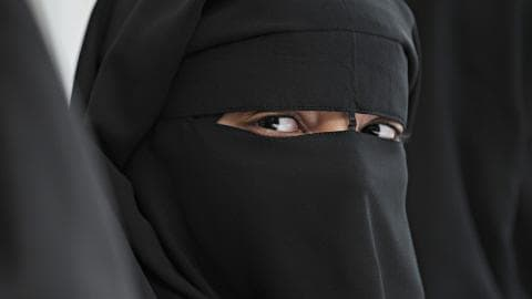 Une femme portant le niqab