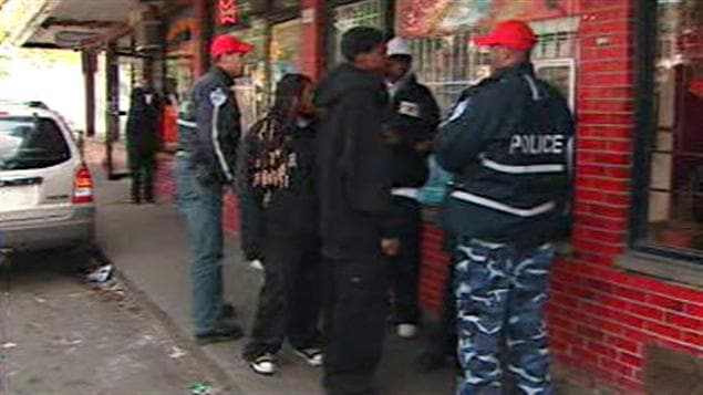 Des policiers du SPVM parlent à des jeunes.