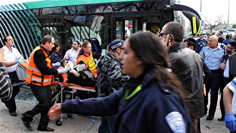 Les services d'urgence se pressent sur le lieu de l'attentat, le 23 mars 2011.