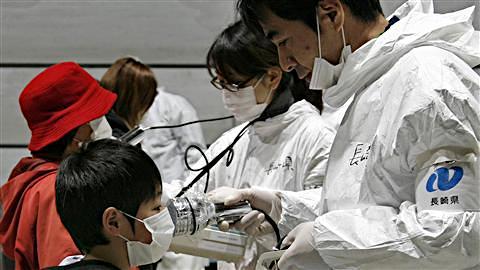 Le taux de radiation d'un enfant est contrôlé à Koriyama dans la préfecture de Fukushima.