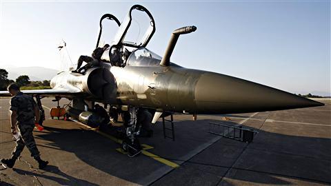 Un Mirage de l'armée française est préparé pour une mission au-dessus de la Libye, à la base de Solenzara, en Corse.