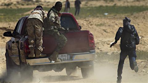 Des insurgés fuient des tirs de mortiers aux abords d'Ajdabiya.