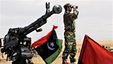 Un insurgé scrutait l'horizon jeudi près de la ville d'Ajdabiya.