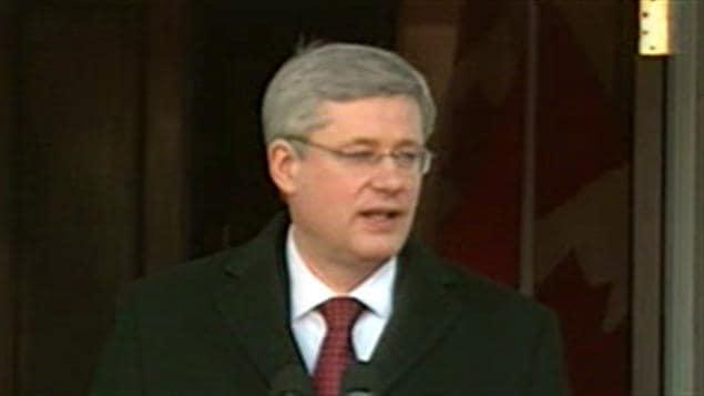 Le premier ministre du Canada, Stephen Harper, annonce la tenue d'élections lors de sa sortie de la résidence du gouverneur général du Canada en 2011.