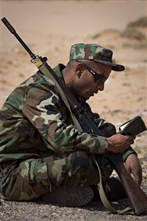Un rebelle libyen lit le Coran à Ben Jawad.