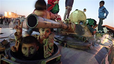 Des enfants libyens jouent dans un tank abandonné à Benghazi.