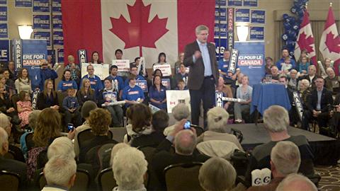 Stephen Harper s'adressant à quelque 400 partisans réunis à Guelph, en Ontario.