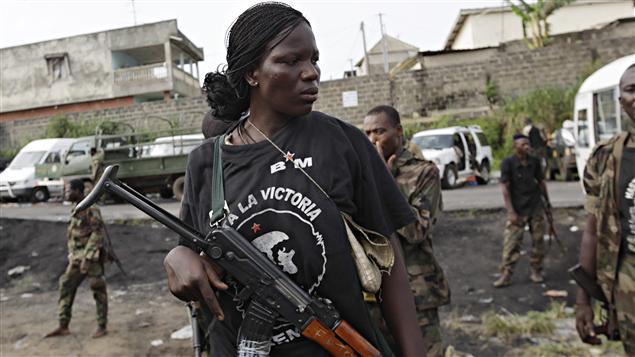 Une femme soldat membre des forces pro-Outtara