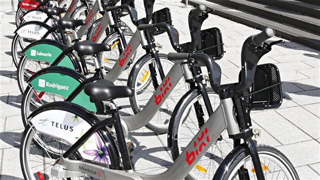 Les vélos Bixi de la saison2011 ont des panneaux publicitaires sur la roue arrière.