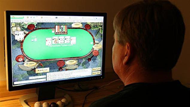 Un homme joue au poker sur Internet