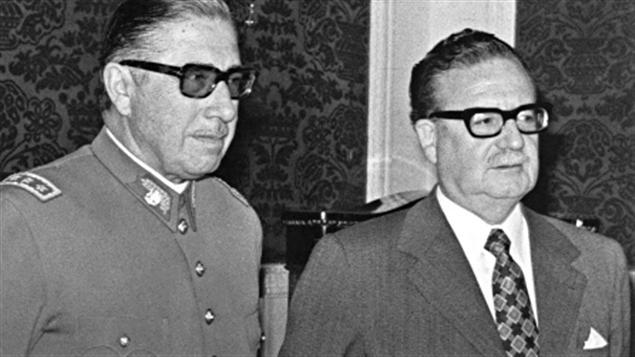 Le président Allende (à droite) et le général Pinochet, peu après sa nomination à la tête de l'armée et trois semaines avant le coup d'État.