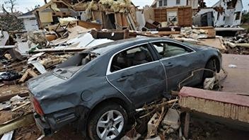 Une voiture emportée par une tornade