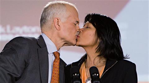 Jack Layton clbre sa victoire avec sa femme Olivia Chow.