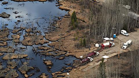 Une équipe travaille à nettoyer la fuite de pétrole près de Peace River, dans le Nord de l'Alberta.