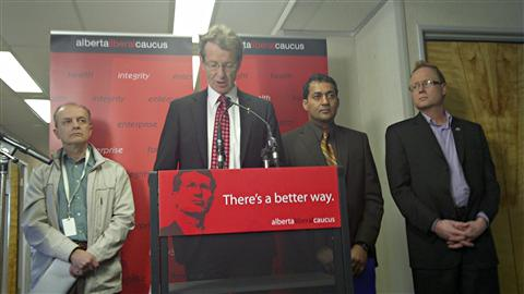Le Dr Abilio Nunes (gauche), le chef libéral David Swann, le député indépendant Raj Sherman et Scott Pattison du syndicat des travailleurs de la santé de l'Alberta, demandent une enquête publique.