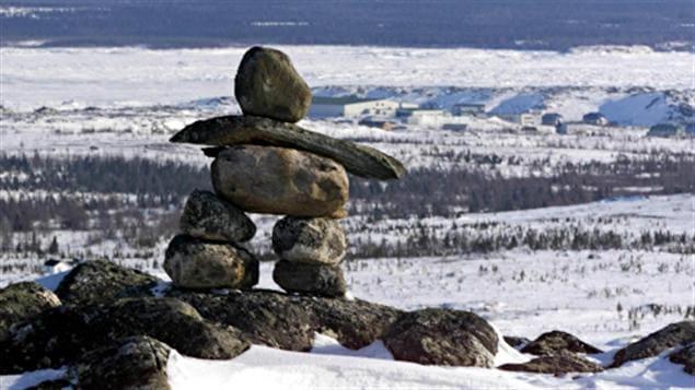 Un inukshuk surplombe le village de Kuujjuaq.Un inukshuk surplombe le village de Kuujjuaq.Un inukshuk surplombe le village de Kuujjuaq.Un inukshuk surplombe le village de Kuujjuaq.