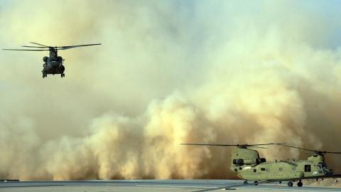 Deux hélicoptères Chinook de l'armée américaine à l'aérodrome de Kandahar, en mars 2011.