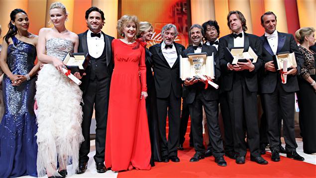 Le président du jury cannois, Robert de Niro, entouré des principaux gagnants de la soirée.