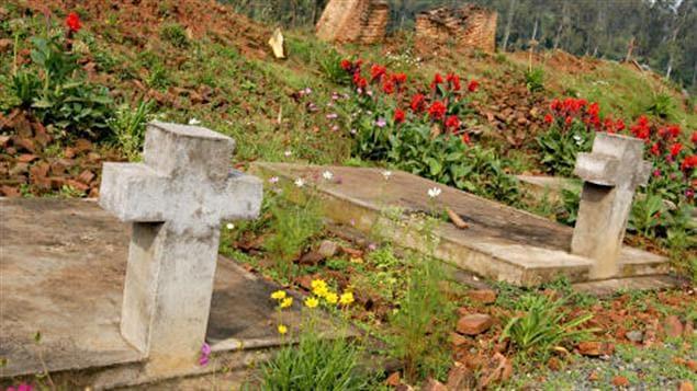 Fosse commune de victimes du génocide rwandais, dans la région de Kibuye.