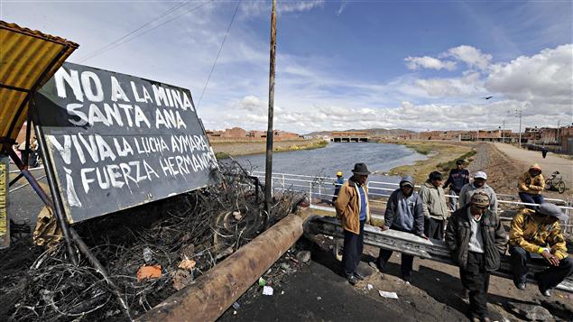 À Desaguadero, au Pérou, des manifestants bloquent la route menant vers la Bolivie. (24 mai 2011)