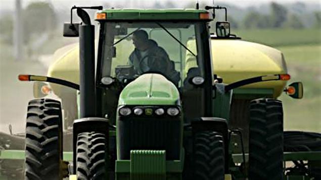 Un agriculteur dans un tracteur