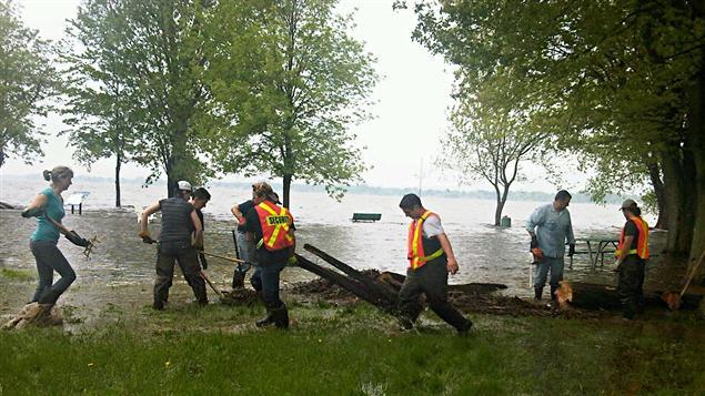 Une cinquantaine de bénévoles ont pris part à une première corvée de nettoyage à Venise-en-Québec, dimanche.