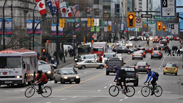 Des cyclistes en route vers le travail à Vancouver.
