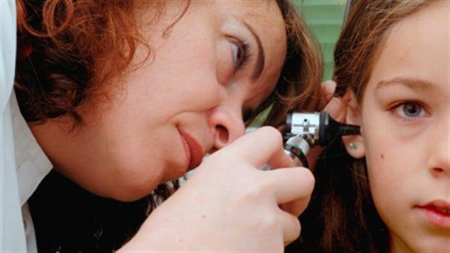 Une jeune fille subit un examen médical