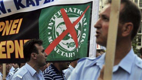 Des syndicats de policiers, de pompiers et de douaniers ont manifesté jeudi devant le ministère des Finances contre les nouvelles mesures d'austérité.