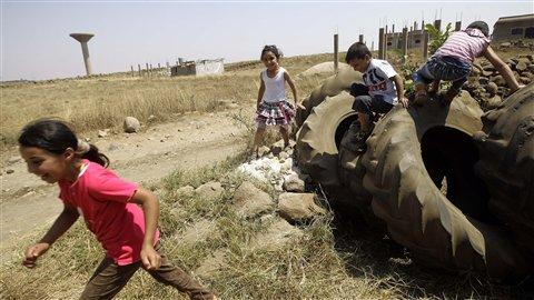 Des enfants syriens ont fui la ville de Homs pour gagner Kuneissat, dans le nord du Liban.