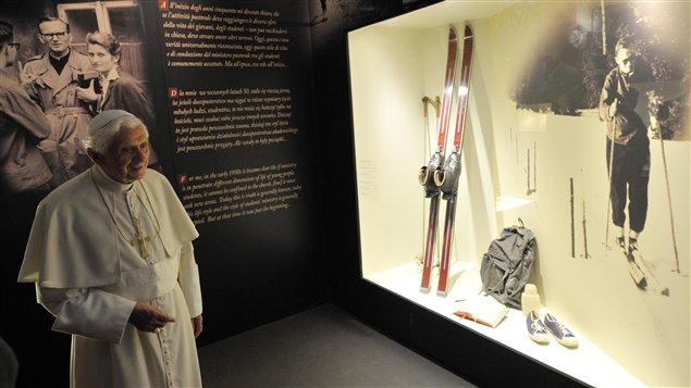 Le pape Benoît XVI visite une exposition consacrée au pape Jean-Paul II.