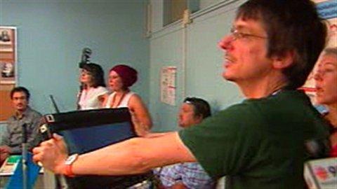 Philippe Falardeau lors du tournage du film. On aperçoit Mohamed Fellag au fond de la classe.