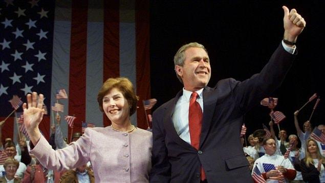 George W. Bush et sa femme Laura lors d'un rassemblement partisan la veille de l'élection présidentielle de novembre 2000.