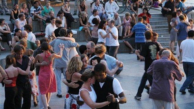 Danseurs sur les quais de la Seine