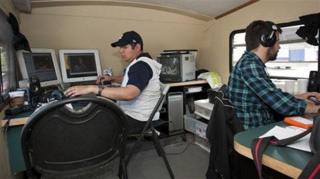 Aménagé dans une ancienne roulotte, le Wapikoni mobile est équipé pour offrir des ateliers pratiques de création vidéo et musicale aux jeunes des communautés autochtones.
