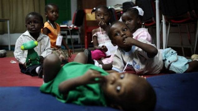 Ces jeunes orphelins haïtiens s'apprêtent à être envoyés en France pour être adoptés.