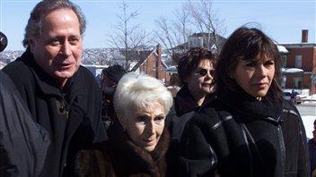 Janine Sutto (au centre), accompagnée de sa fille Mireille Deyglun et de Donald Pilon, aux funérailles de l'acteur Jean Besré, le 17 mars 2001