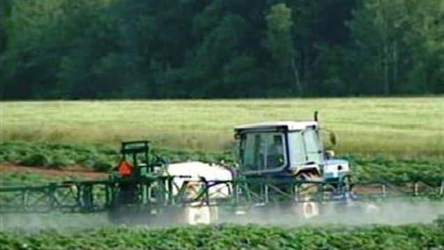 Un agriculteur canadien procède à lépendage de pesticides sur ses terres. Un récent décret ministériel en France fait un lien entre l'utilisation de ces produits et la maladie de Parkinson.