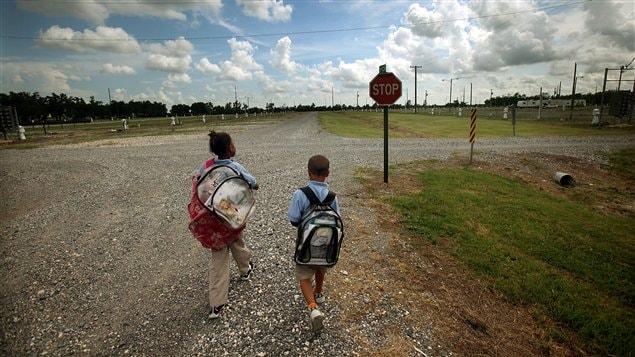 Dos niños rumbo a la escuela en Louisiana. Este Estado sureño tiene una de las más altas tasas de pobreza infantil en Estados Unidos.