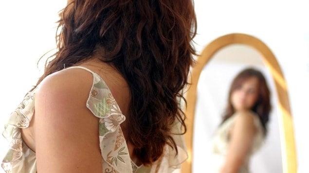 Le d fi de passer une semaine sans parler de notre poids for Se regarder dans le miroir