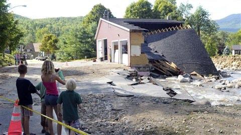 Des résidents de Keene dans l'État de New York constatent les dommages causés par l'ouragan Irene.