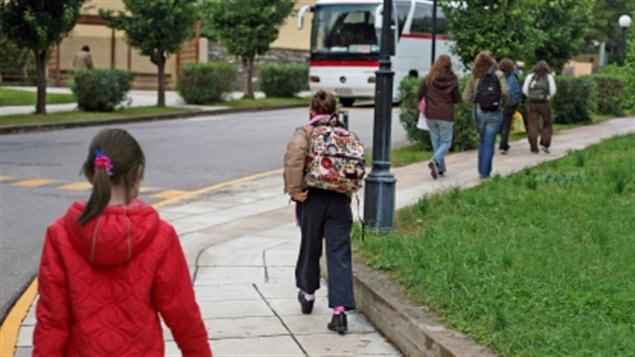 Des enfants qui se rendent à l'école