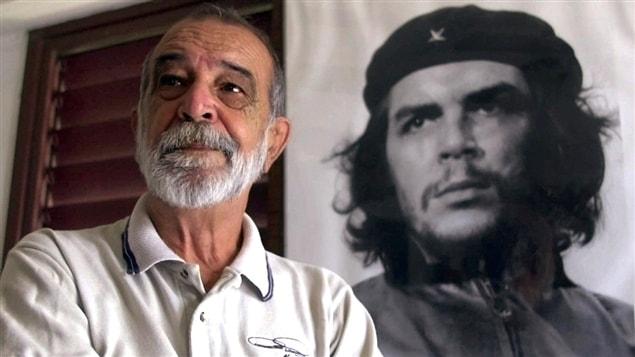 AP Photo/Jose Luis Magana | Le photographe Alberto Korda et sa photo d'Ernesto Guevara.