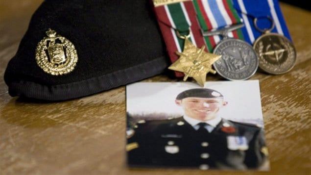 Le caporal Stuart Langridge s'est suicidé le 15 mars 2008. Sa mère tente désespérément d'obtenir des réponses depuis