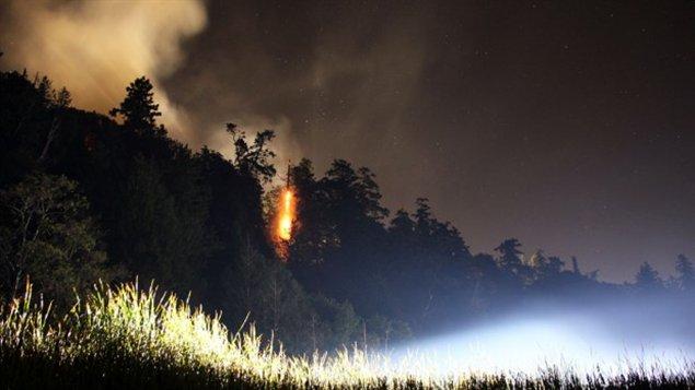 Un incendie de forêt a éclaté à Wreck Beach, à l'ouest de Vancouver, mardi soir.
