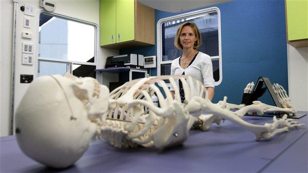 Les fractures liées à l'ostéoporose sont plus courantes que les crises cardiaques, les AVC et les cancers du sein réunis chez les femmes âgées de plus de 50 ans. Le système de santé au Canada est outillé pour diagnostiquer et traiter efficacement l'ostéoporose. Il faut s'informer dès ses 30 ans.