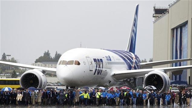 Des employés de Boeing devant le premier avion 787 Dreamliner, à Everett dans l'État de Washington.