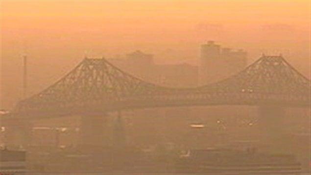 Un épisode de smog à Montréal (archives). La pollution en période de canicule est la cause de nombreuses crises cardiaques.