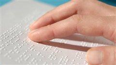 La lecture en braille, courtoisie de l'Institut Nazareth Louis-Braille