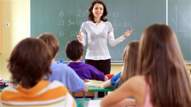 Une enseignante devant ses élèves